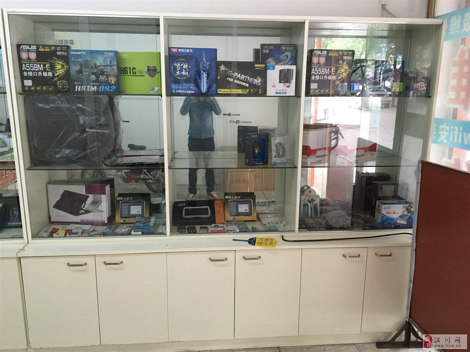 9成新,两张商品展示柜,一张办公桌