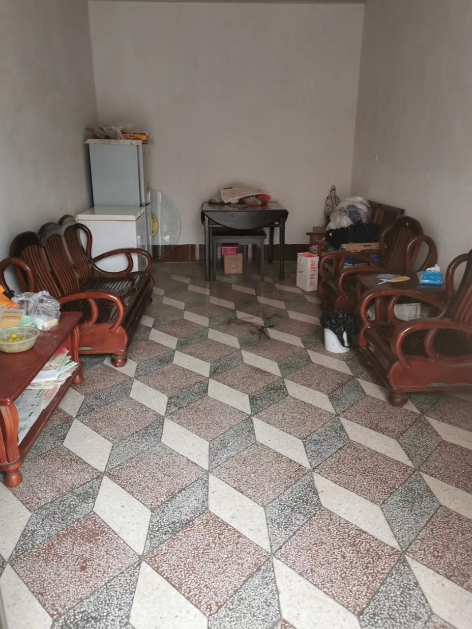 中心幼儿园巷内4室 2厅 1卫68万元