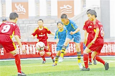 图为小学生男子足球比赛现场
