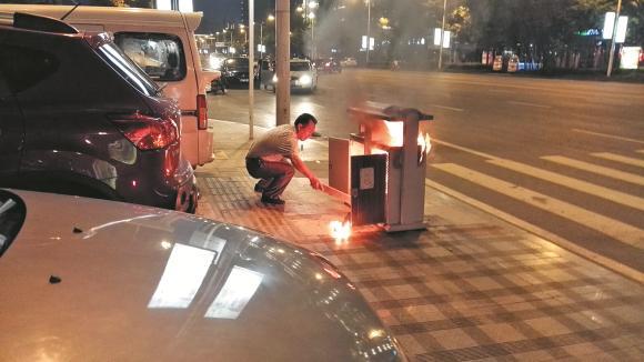 6月27日晚,在龙腾盛世小区外人行道,上演了一场惊险的灭火救援,路边垃圾桶不知为何起火,火势凶猛,威胁旁边停放的车辆。一路人上前奋勇扑火,才避免了更大危险发生。   那边怎么在冒烟子?是车子遭燃起了啊?当晚,在人民公园散步后回家的市民突然一阵惊呼。顺着市民们手指的方向望去,龙腾盛世小区外人行道上停车位,一辆红色轿车的车尾处正冒着白烟,在黑夜中还可以看到火光。几位市民赶紧上前一看,发现并不是车尾起火,而是车尾后的垃圾桶起火了。   哎呀,是垃圾桶燃起来了!一位身穿蓝色上衣的男子喊道,清洁工