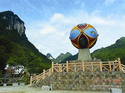 该建筑位于宜州市刘三姐镇小龙村五石冲屯与祥贝乡古文村的岔路口,以