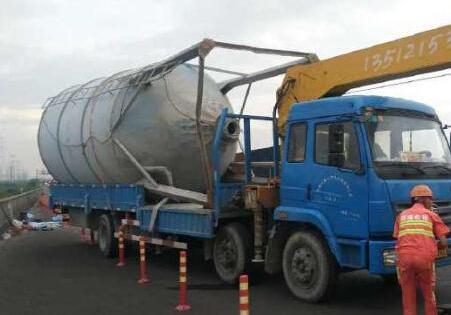 申嘉湖高速一辆轿车追尾大货车 3人当场死亡高清图片