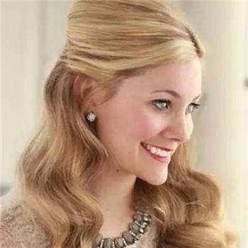 如果你的婚纱是比较具有复古感的长裙,那你一定要试试这种华丽的复古卷发,它就是手推波浪卷,它的S形波浪并不是靠卷发棒等加热工具,而是靠发型师的手指和梳子。早在1920年,这款发型就曾风靡一时,当时爱美的名媛少妇都去没法沙龙追赶这个发型潮流。