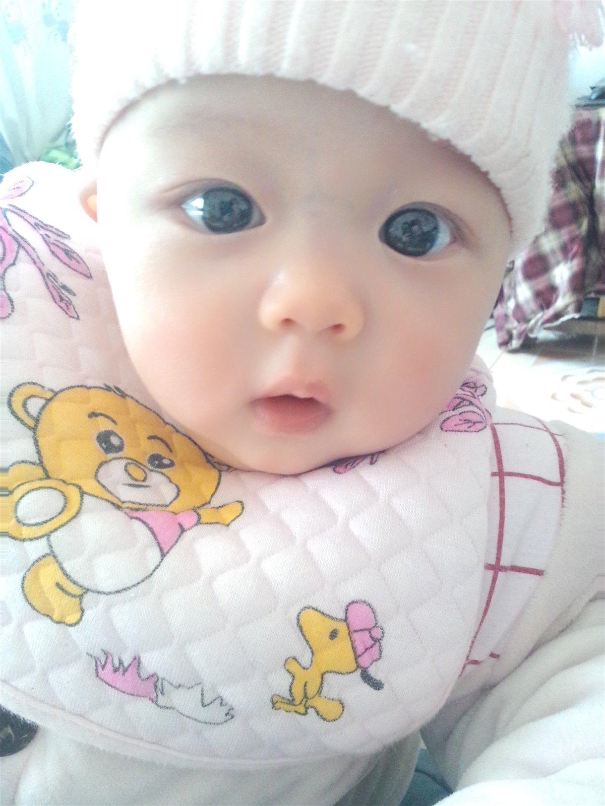 是一个大眼睛爱笑的小女孩