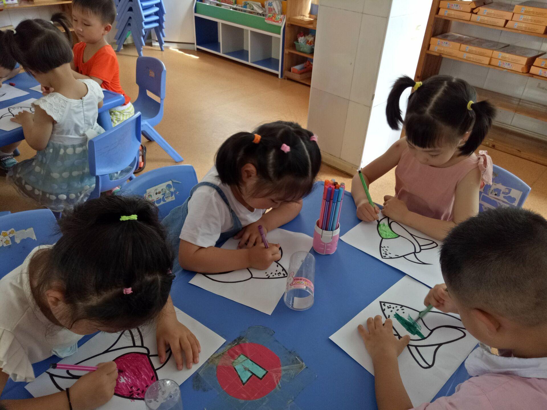 今天下午,孩子们听了《屈原》的故事,初步了解端午节是我国的传统节日,感知了粽子的形状和品种各不相同,并对粽子的形状进行了绘画,绘画结束后,鼓励幼儿与同伴进行交流与合作,培养幼儿的创新意识 !